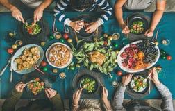 Ludzie je różnych posiłki przy przyjęcie gwiazdkowe gościem restauracji, odgórny widok fotografia royalty free