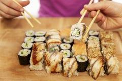 Ludzie jedzą rolki z chopsticks zdjęcie royalty free
