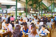 Ludzie jedzą lunch karmowego sądu Singapur Fotografia Royalty Free