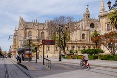Ludzie jedzie bicykl blisko Seville katedry seville Spain fotografia stock