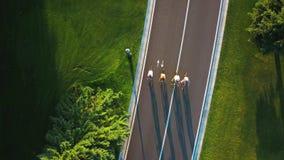 Ludzie jedzie bicykle na wakacje, widok z lotu ptaka zbiory wideo