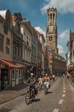 Ludzie jedzie bicykle w centrum miasta Bruges Fotografia Stock