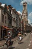 Ludzie jedzie bicykle w centrum miasta Bruges Obraz Royalty Free