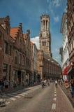 Ludzie jedzie bicykle w centrum miasta Bruges Obraz Stock