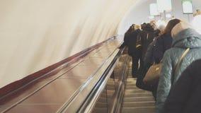 Ludzie jedzie eskalator zdjęcie wideo