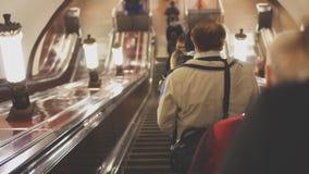 Ludzie jedzie eskalator zbiory wideo