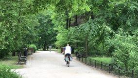 Ludzie jedzie na ich rowerach w parku zdjęcie wideo