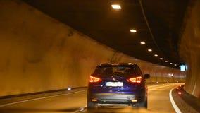 Ludzie jedzie samochód na drogowej przechodzącej górze w samochodowym tunelu iść Włochy zdjęcie wideo