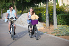 Ludzie jedzie wynajem lub dzierżawienia rowery Zdjęcia Royalty Free