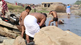 Ludzie kąpać się na rzece w Hampi i ono myje zbiory