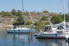 Ludzie kąpać się w gościa schronienia Sztokholm archipelagu Obrazy Royalty Free