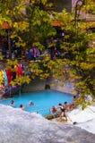 Ludzie kąpać się w Loutra Pozar leczniczych wiosnach Fotografia Royalty Free