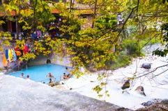 Ludzie kąpać się w Loutra Pozar leczniczych wiosnach Zdjęcie Royalty Free