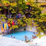 Ludzie kąpać się w Loutra Pozar leczniczych wiosnach Zdjęcie Stock