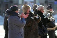 Ludzie klasczą ich ręki na miasto wakacje w Volgograd Zdjęcie Stock