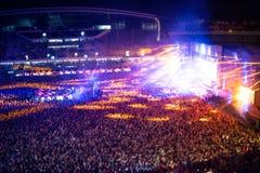 Ludzie klascze przy noc koncertem, bawi się ręki dla artysty na scenie i podnosi, Rozmyty widok z lotu ptaka koncertowy tłum zdjęcia stock