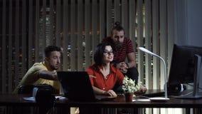 Ludzie kolaboruje w biurze przy nocą fotografia royalty free