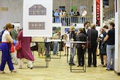 Ludzie komunikują przy Międzynarodową wystawą architektura ŁĘKOWATY MOSKWA i projekt Zdjęcia Royalty Free