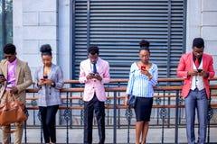 Ludzie konserwują ` t wyobrażają sobie ich życie bez telefonów komórkowych fotografia royalty free