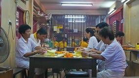 Ludzie konserwują widzią robić pracie w świątyni podczas Dziewięć cesarzów bóg festiwalu w Ampang, ja także knowns jako Jarski fe zbiory wideo