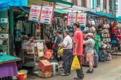 Ludzie konserwują widzieć linię up to kupować sławnej Sze Ngan Chye ` s pieczonej kaczki w Petaling ulicie, Kuala Lumpur Obrazy Stock