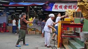 Ludzie konserwują widzieć modlenie podczas Dziewięć cesarzów bóg festiwalu w Ampang, ja także knowns jako Jarski festiwal zdjęcie wideo