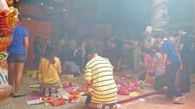 Ludzie konserwują widzieć modlenie w świątyni podczas Dziewięć cesarzów bóg festiwalu w Ampang, ja także knowns jako Jarski festi zdjęcie wideo
