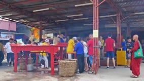 Ludzie konserwują widzieć modlenie w świątyni podczas Dziewięć cesarzów bóg festiwalu w Ampang, ja także knowns jako Jarski festi zbiory wideo