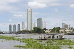 Ludzie krzyżują Chao Phraya rzekę promu boatin Bangkok, Tajlandia fotografia royalty free