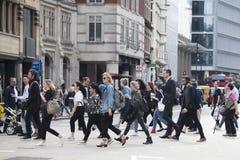 Ludzie krzyżują drogę blisko Liverpool ulicy metra Fotografia Royalty Free
