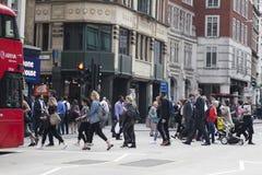 Ludzie krzyżują drogę blisko Liverpool ulicy metra Fotografia Stock