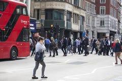 Ludzie krzyżują drogę blisko Liverpool ulicy metra Zdjęcie Royalty Free