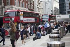 Ludzie krzyżują drogę blisko Liverpool ulicy metra Zdjęcia Stock