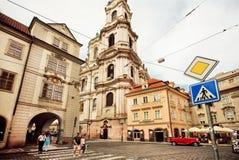 Ludzie krzyżuje brukowiec drogę w starym Praga UNESCO światowego dziedzictwa rejestr Fotografia Royalty Free