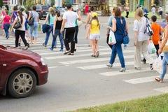 Ludzie krzyżuje drogę Obraz Royalty Free