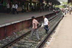 Ludzie krzyżuje kolejowego ślad Obrazy Stock