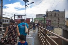Ludzie krzyżuje ulicy w Manila używać stopa most Obraz Stock