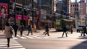 ludzie krzyżują ulicę przy Susukino, Sapporo Fotografia Royalty Free