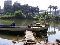 Ludzie krzyżuje stronę przeciwną Nil rzeka statkiem w maadi Cairo Fotografia Royalty Free