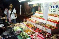 Ludzie kupują Loka Lok malezyjczyka karmowego styl i gotują przy restauracją Obraz Royalty Free
