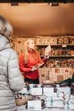 Ludzie kupuje cukierki i nowego roku rynek przy bożymi narodzeniami przy Schonbrunn pałac, Wiedeń, Austria fotografia royalty free