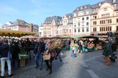 Ludzie kupuje jedzenie i rośliny przy rolnikami Wprowadzać na rynek Obrazy Royalty Free