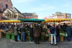Ludzie kupuje jedzenie i rośliny przy rolnikami Wprowadzać na rynek Fotografia Royalty Free