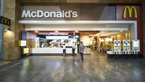 Ludzie kupuje jedzenie przy McDonald ` s Zdjęcia Stock