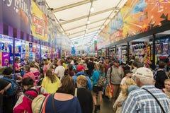 Ludzie kupuje showbags przy 2015 Królewskimi Melbourne Fotografia Stock