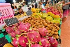 Ludzie kupuje smok owoc i tropikalnych warzywa na ulicznym rynku z dużym wyborem smakowity jedzenie Zdjęcie Stock