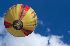 Ludzie latają z gorące powietrze balonem w Vilnius, Lithuania Obrazy Royalty Free