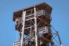 Ludzie learining bezpiecznie technic pięcie na drewnianym budynku bezpieczeństwo, pracownik, niebezpieczeństwo, pięcie, zabawa, t fotografia stock