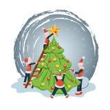 Ludzie lub elfs w Santa kostiumach dekoruje choinki gwiazdą, piłkami i girlandami, Nowego roku i boże narodzenie wakacje mieszkan royalty ilustracja