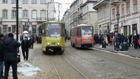 Ludzie lub pedestrians chodzą wokoło Targowego kwadrata Ploscha Rynok ulicy w Lviv zdjęcie wideo